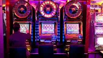 Ein Gast im Grand Casino Baden: Das Spielverhalten am Automaten wird überwacht. (Archiv)