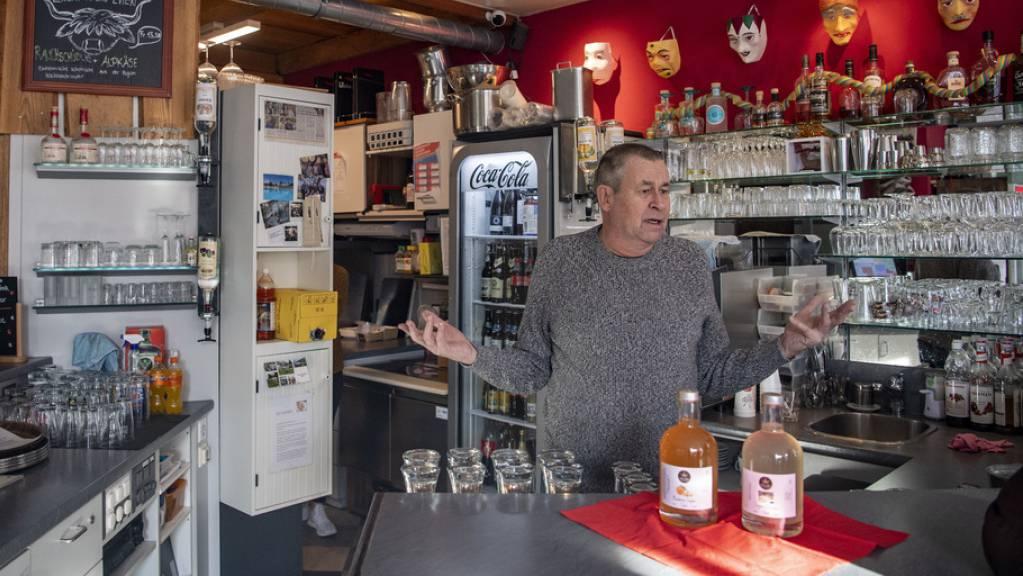 Franz Suter, Inhaber der Mything Bistro Bar in Schwyz, am Samstag in seinem Betrieb. Er wollte diesen am Montag im Rahmen der Protestaktion «Wir machen auf» trotz Verbots öffnen. Restaurants und Bars müssen wegen der Corona-Pandemie bis mindestens am 22. Januar geschlossen bleiben.