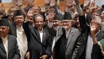 Zufriedene Gesichter nach Verabschiedung der neuen Verfassung, u.a. mit Nepals Regierungschef Sushil Koirala (vorne Mitte mit schwarzer Kopfbedeckung) und links von ihm Maoisten-Chef Pushpa Kamal Dahal