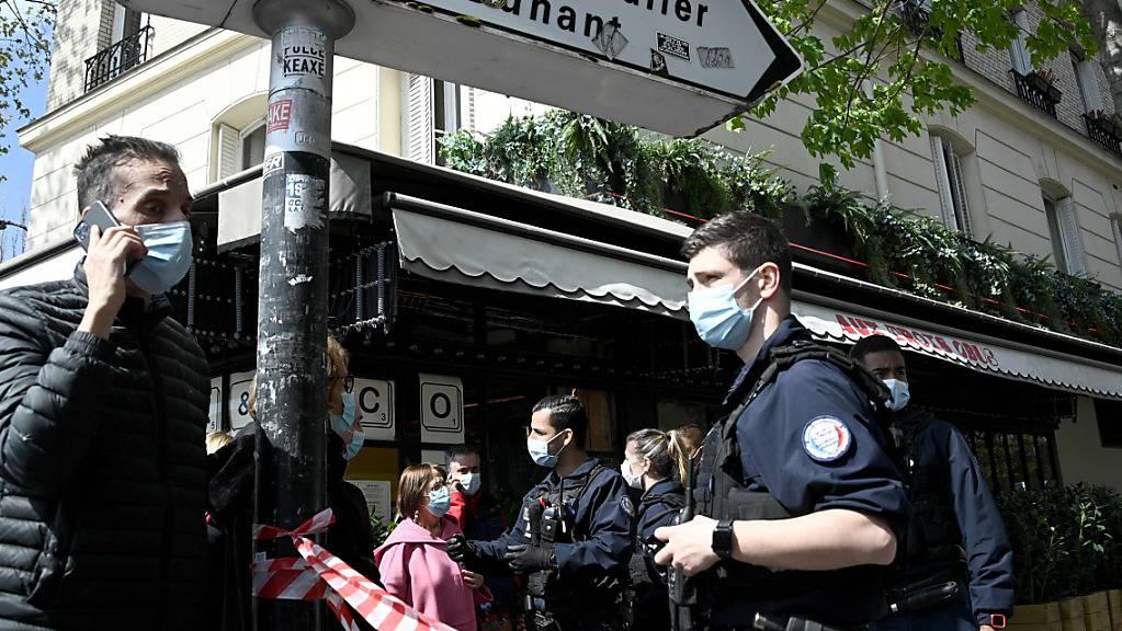 Polizisten sperren das Gebiet um das Krankenhaus Henry Dunant ab. In Paris ist mindestens ein Mensch in der Nähe des Krankenhauses durch Schüsse getötet worden. Foto: Anne-Christine Poujoulat/AFP/dpa