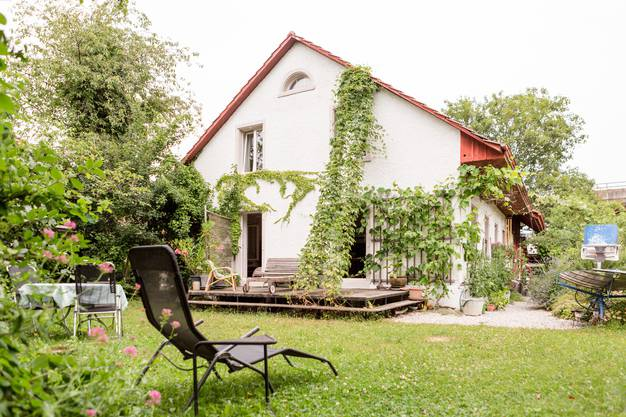 Der grosse Garten ist ein verwunschenes grünes Paradies.