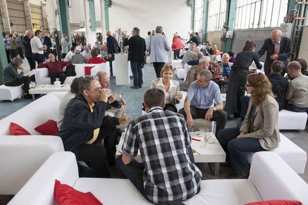 Auf dem künftigen gedeckten Stadtplatz des Projektes Trafo 2 beziehungsweise in der alten ABB-Halle 37 wurde es den GV-Teilnehmern gemütlich