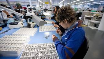 Eine Mitarbeiterin des Hörgeräteherstellers Sonova in Stäfa ZH: Ein Umsatzwachstum von 5,8%