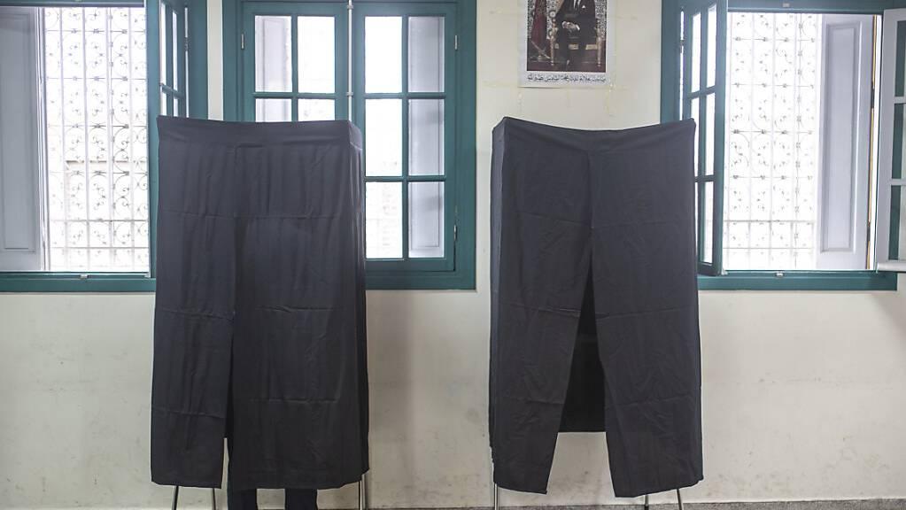 Ein Mann steht in einem Wahllokal in einer Wahlkabine und füllt seinen Stimmzettel aus. Zum dritten Mal nach der Verfassungsreform 2011 sind die Menschen in Marokko aufgerufen, ein neues Parlament zu wählen. Foto: Mosa'ab Elshamy/AP/dpa