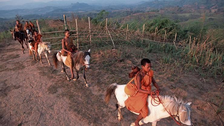 Die Pferdemönche sind unterwegs zu den Bergdörfern. Bild: Getty