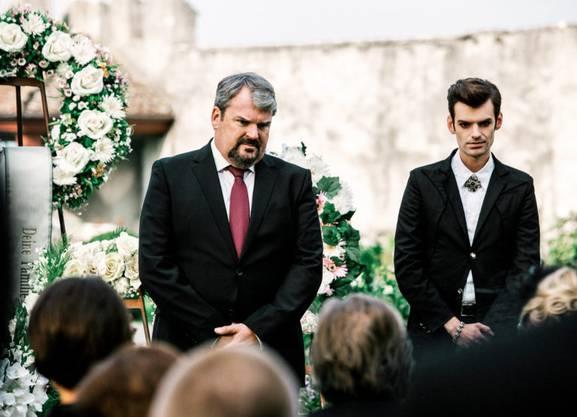Beerdigung eines Konkurrenten: Mike Müller als Luc Conrad (l.) und Reto Stalder als Fabio Testi.