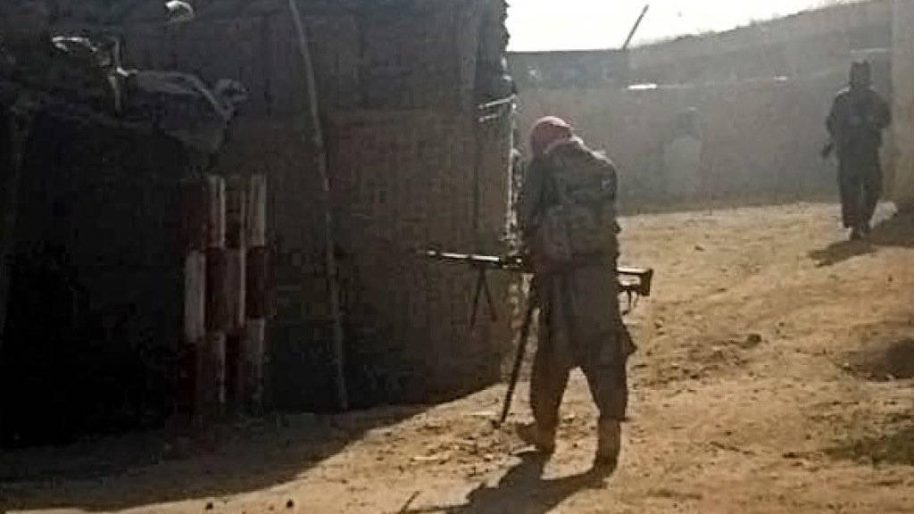 Taliban nehmen eine Polizeistation in Kundus ein.