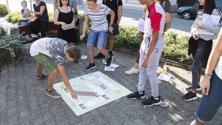 Eine Schulklasse besucht den jüdischen Kulturweg in Lengnau.