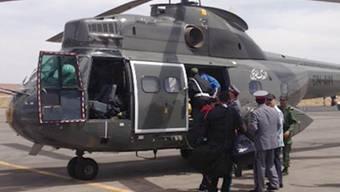 Ein Rettungshelikopter auf der Suche nach den vermissten Höhlenforschern.