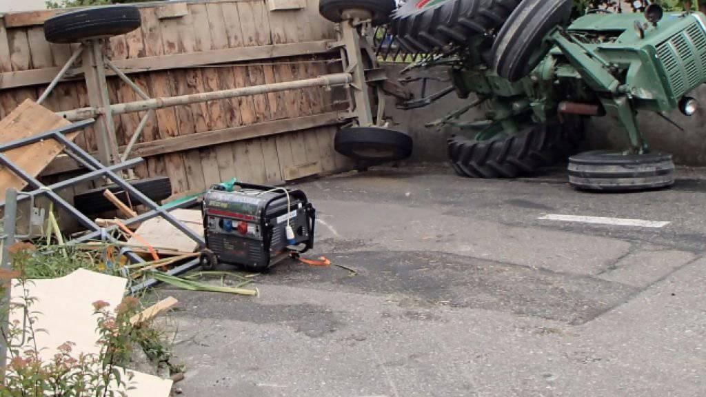 Auf der steilen Strasse war das Gewicht des Anhänger zu gross für den Traktor, sodass der Fahrer die Kontrolle über das Fahrzeug verlor.