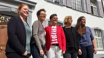 In der Überzahl und äusserst zuversichtlich: Vor dem Regierungsgebäude posieren die SP-Nationalratskandidatinnen Desirée Jaun, Sabine Asprion, Sandra Strüby, Miriam Locher und Samira Marti (bisher, von links)