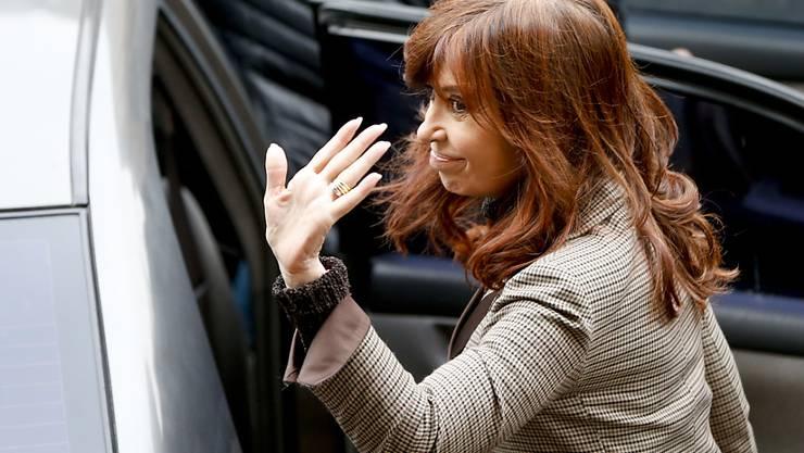 Argentiniens frühere Präsidentin Cristina Kirchner muss sich in einem neuen Korruptionsfall vor Gericht verantworten.