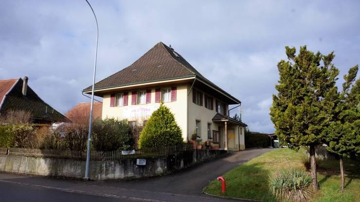Das alte Schulhaus ist sanierungsbedürftig. Nun will es die Gemeinde verkaufen.