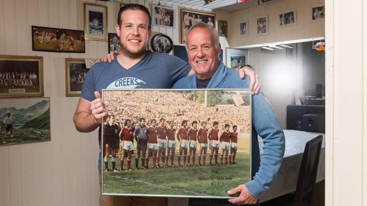 Roger Wehrli erinnert sich gemeinsam mit seinem Sohn Steven an das Spiel seines Lebens: Als er mit der Schweizer Nationalmannschaft England besiegte.