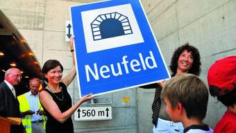 Bahn frei: Regula Rytz und Barbara Egger erhalten von Schulkindern die neue Tunnel-Tafel. (Bilder: Olivier Messerli)