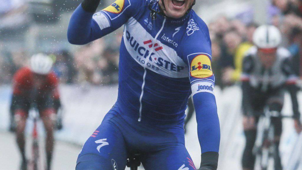 Yves Lampaert fährt als Sieger bei misslichem Wetter über die Ziellinie
