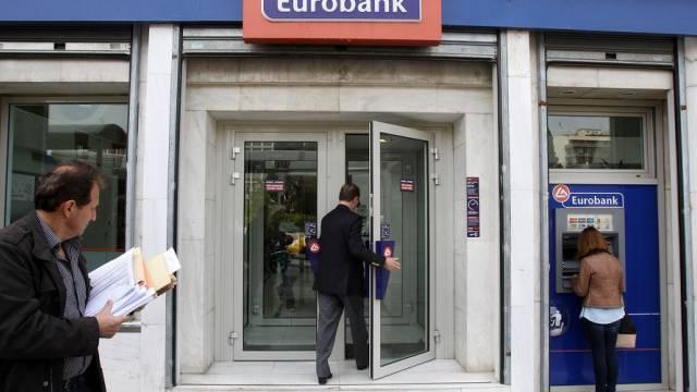 Eine Kundin bezieht an einem Automaten der Eurobank in Athen Geld