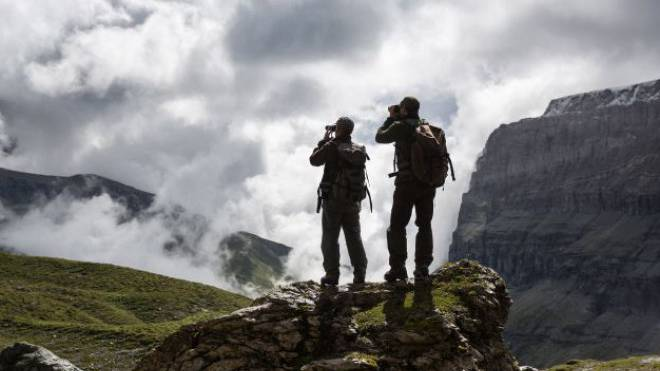 Jäger beobachten Wild im Gebiet Surcruns oberhalb Flims. Foto: Keystone