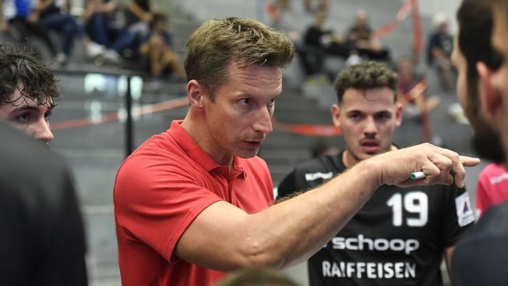Badens Trainer Bjoern Navarin schwört seine Mannschaft ein.