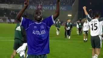 Matchwinner Charles Amoah (im blauen Chelsea-Trikot) und die St. Galler feiern ihren Europacup-Coup im Hardturm