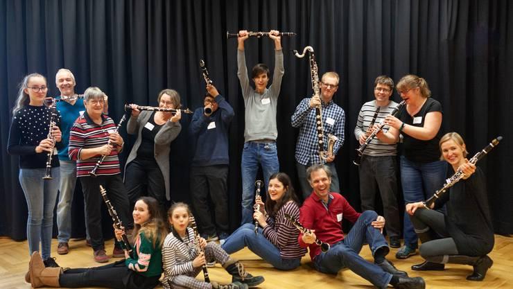 Dietiker Klarinettistinnen und Klarinettisten jeden Alters musizieren und posieren gemeinsam. Foto: Michael Körte