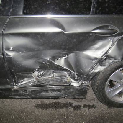 Eine Beifahrerin wird verletzt und ins Spital gebracht.