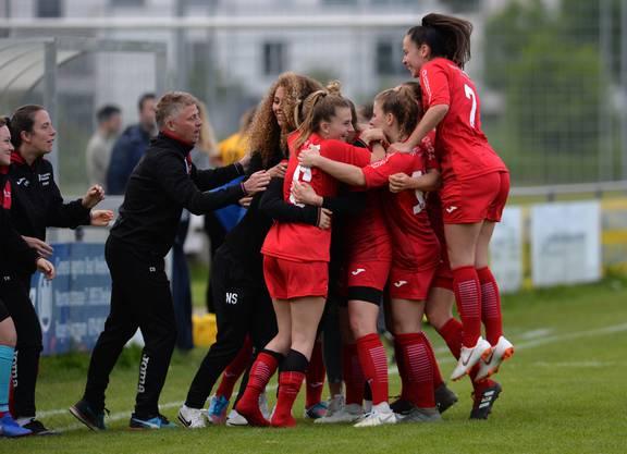 Plötzlich war der Ball im Tor von Schlieren und die FC Aarau Frauen bejubeln Torschützin Lara Zürcher.