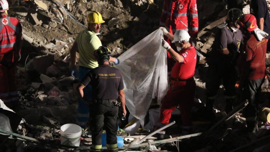 Rettungskräfte suchen nach Opfern in den Trümmern des eingestürzten fünfstöckigen Hauses in Torre Annunziata bei Neapel.