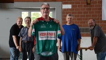Martin Weiss mit dem Leadertrikot der Sprintwertung und seinen fleissigen Helfern beim Aufbau des Fahrerlagers.