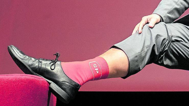 Der wiedergewählte Parteipräsident Christian Levrat zeigte am Parteitag in Brugg seine roten SP-Socken.