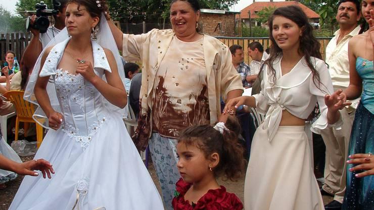 Die 15-jährige Roma-Braut Narcisa Tranca an ihrer Hochzeit. Eigentlich ist es auch in Rumänien verboten, unter 16 Jahren zu heiraten.
