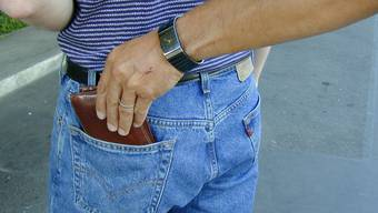 Zwei Taschendiebe versuchten einem schlafenden Mann das Portemonnaie aus der Hosentasche zu entwenden (Symbolbild)
