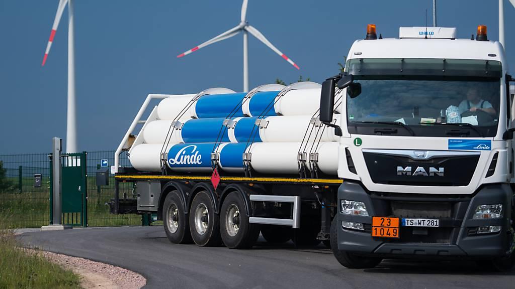 Ein Wasserstofftankfahrzeug verlässt das Gelände eines Energieparks in Deutschland: Um Klimaneutralität im Jahre 2050 zu erreichen, braucht es vor allem «grünen» Wasserstoff - etwa aus Windkraft. Die Schweiz ist aktuell daran, das Potential des Wasserstoffs zu analysieren. (Archiv)