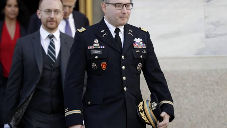 Nach seinem Freispruch im Amtsenthebungsverfahren hat US-Präsident Donald Trump Oberstleutnant Alexander Vindman aus dem Weissen Haus verbannt. Der  Berater des Nationalen Sicherheitsrates hatte gegen Trump ausgesagt.