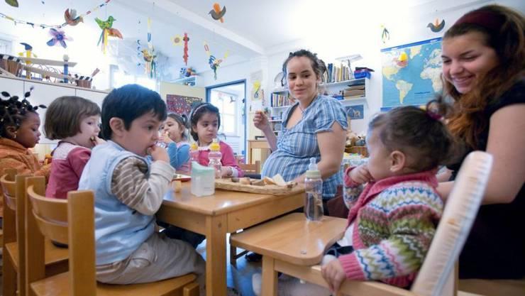 In der Schweiz sind Beruf und Familie noch immer schwer vereinbar, etwa weil Krippenplätze für Eltern zu teuer sind. Nun stellt Travail.Suisse einen breit gefächerten Aktionsplan vor, der vom Bund ein Investment von 5 Milliarden Franken über zehn Jahre fordert. (Archivbild)