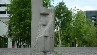 Der «Schaufeltrockner» von Bildhauer Peter Bernhard steht im Rietpark inmitten eines asphaltierten Ovals.Fni