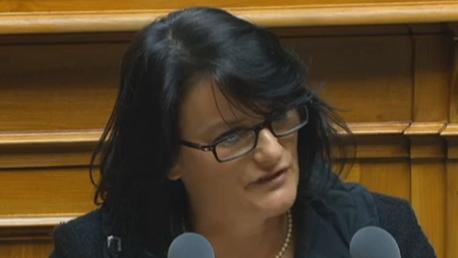 Christine Häsler (Grüne, BE):  Auch das Ja-Lager habe Kröten schlucken müssen. Die Frauen bezahlten einen bedeutenden Preis für die Reform, indem ihr Rentenalter auf 65 steigt.
