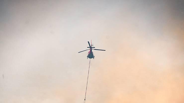Der Brand oberhalb von Faido TI ist zwar mittlerweile unter Kontrolle, doch die Einsatzkräfte kämpfen immer noch mit einzelnen Brandnestern.