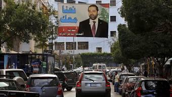 Ein Hariri-Plakat hängt über den Strassen Beiruts: Nach dem Rücktritt des Regierungschefs droht im Libanon eine Krise. Saudi-Arabien rief gar seine Bürger dazu auf, das Land zu verlassen.