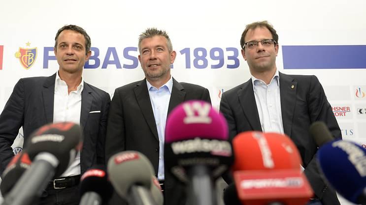 Georg Heitz (ganz rechts) neben Basels Trainer Urs Fischer (Mitte) und Präsident Bernhard Heusler. Haltet die Basler Führungsetage an Fischer fest?