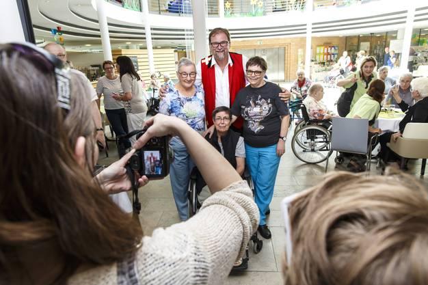 Die Bewohner freuen sich über den Besuch von Schlagersänger Stefan Roos.