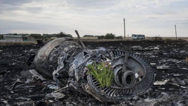 Blumen auf einem Triebwerk des abgeschossenen Passagierjets beim Dorf Hrabove in der Ostukraine. Foto: AP Photo/Evgeniy Maloletka