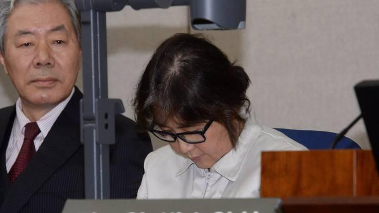 Choi Soon Sil sitzt gesenkten Hauptes im Gericht.