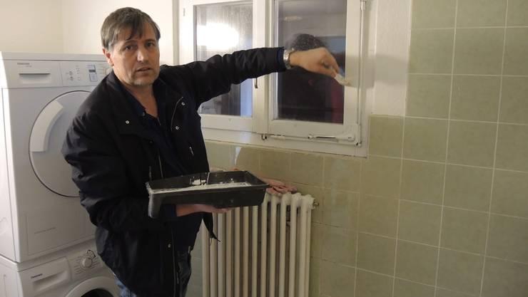 Ein ausreisepflichtiger Asylbewerber hilft in der neuen Unterkunft bei den Renovationsarbeiten mit.