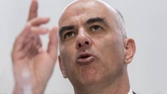 Bundesrat Alain Berset bei der Bekanntgabe der Massnahmen gegen das Corona-Virus.