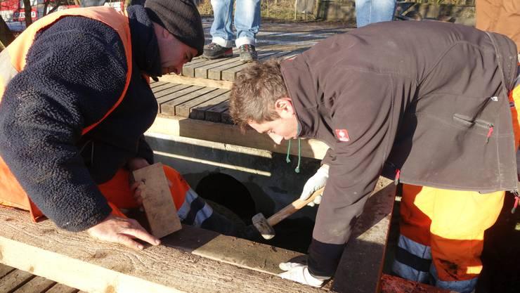 Die Arbeiter verschliessen die alte Schleuse, damit das Wasser durch die neue Leitung fliesst. (Sabina Galbiati)