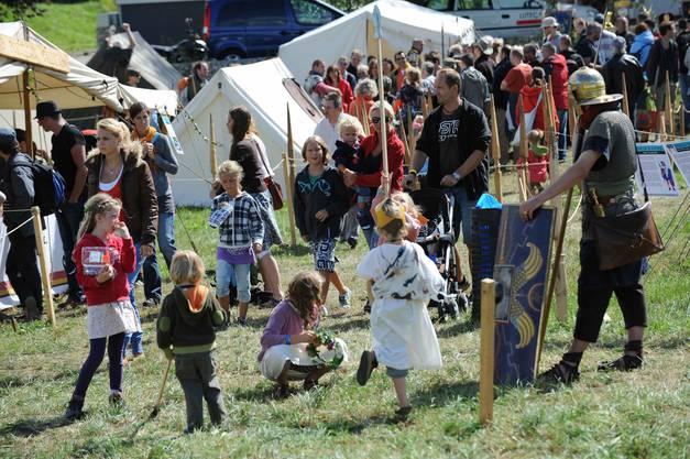 Jedes Jahr findet in der Augusta Raurica in Augst das traditionelle Römerfest statt. Während zwei Tagen können Gross und Klein verschiedenen römischen Handwerkern bei der Arbeit über die Schulter schauen oder den Gladiatorenkämpfen in der Arena zugucken.