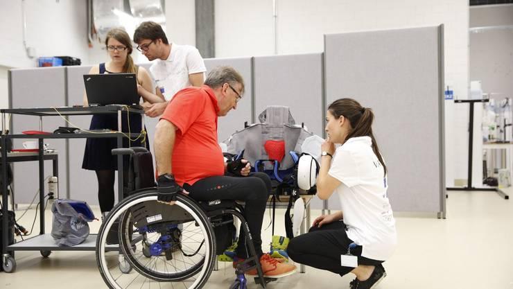 Mit den Betroffenen zusammen forschen: Ein ETH-Team entwickelt ein Exoskelett weiter am Cybathlon 2016.