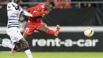 Sions Assifuha (rechts) zieht gegen Sane von Bordeaux wuchtig ab