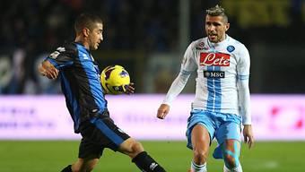 Napolis Valon Behrami (r.) versucht Atalantas Carlos Carmona zu stoppen.